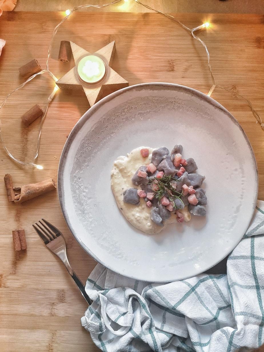 Gnocchi di patate viola con crema al tartufo e pancettadolce