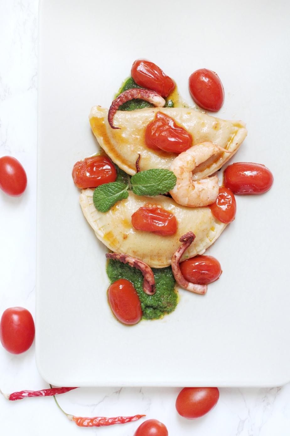 Tortelloni totani e zucchine con crema di Valeriana e menta, datterini egamberi